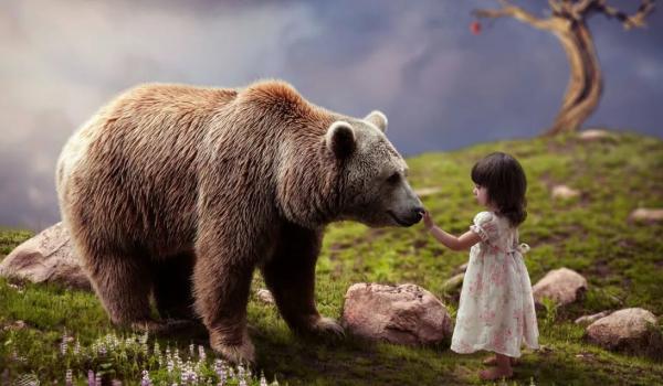 Девочка и медведь вожак