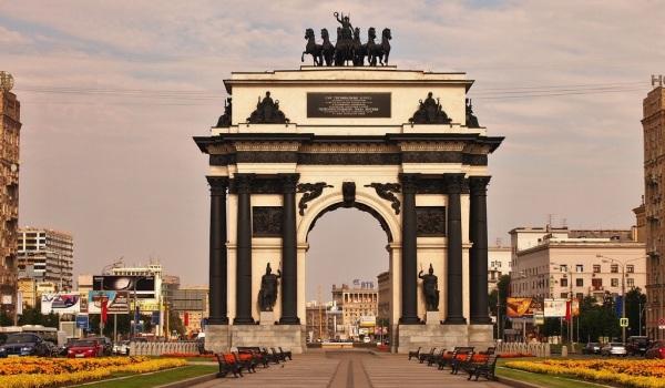 площадь Победы с Триумфальной аркой