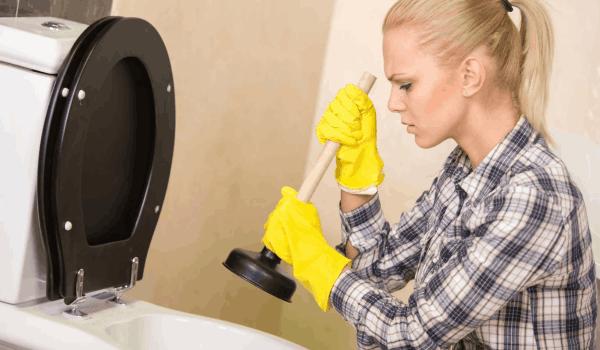 Как прочистить засор в унитазе